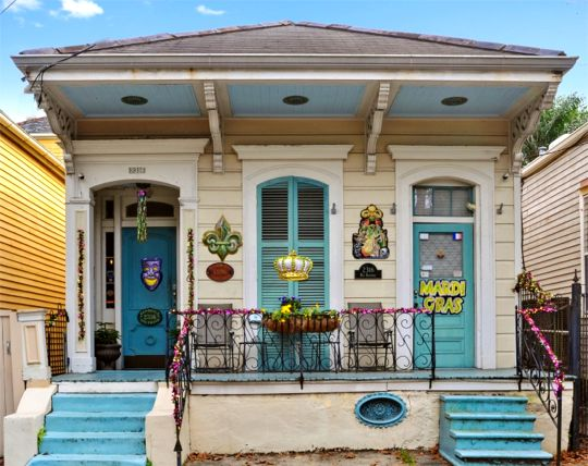 Front of La Dauphine bed and breakfast, New Orleans